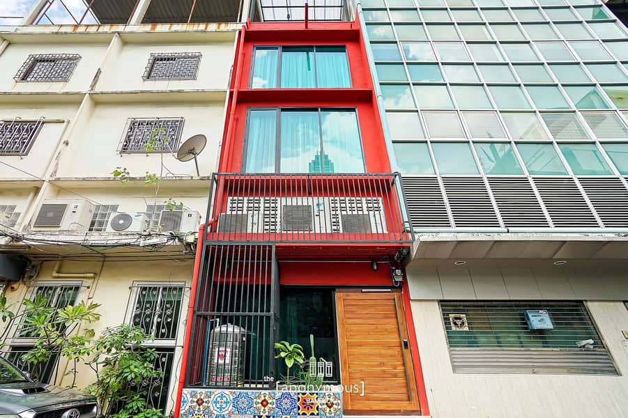 Quick commercial building for sale, 5 bedrooms, 5 bathrooms, 5 floors, 12 sq m with tenants near Central Silom Tower.