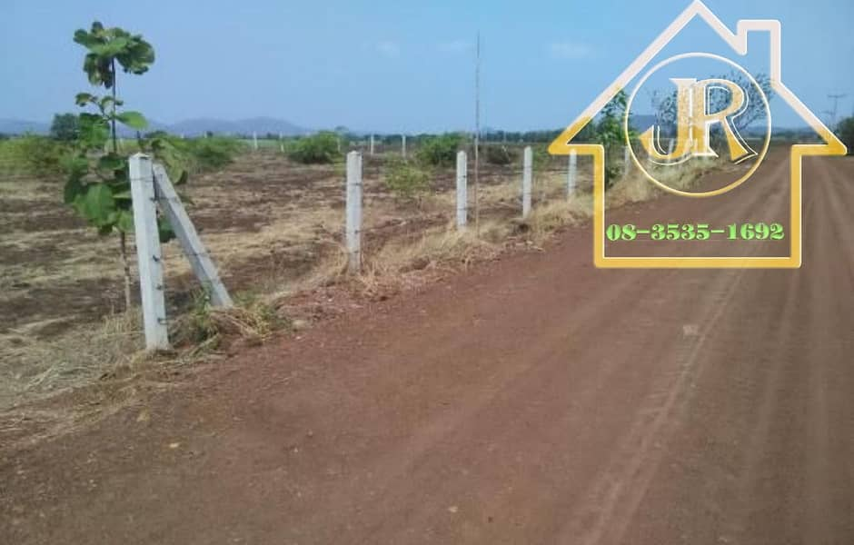 Urgent sale, almost 10 rai of sour tamarind land with cement pillar fence, barbed wire surrounding the area, beautiful view, good atmosphere, fertile black soil