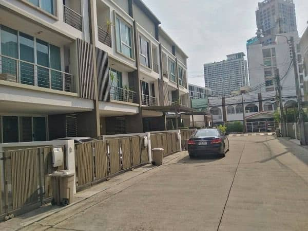 3-storey home office for rent, very good location, close to MRT Lad Phrao, only 200 meters access to Ratchadaphisek Road, Phahon Yothin, Lat Phrao Road, Chatuchak, near Central Ladprao.