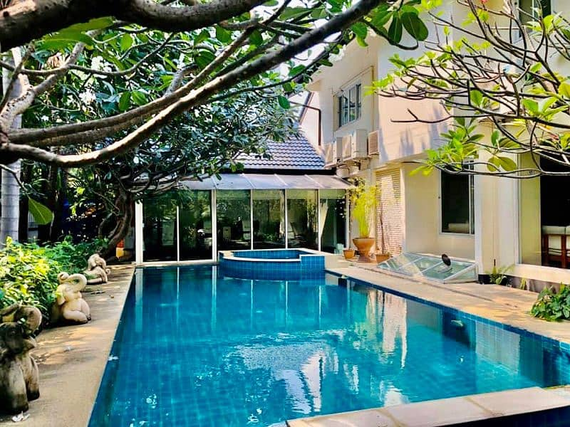 Code 323 2 storey house for rent located on the main road Sukhumvit Soi 31.