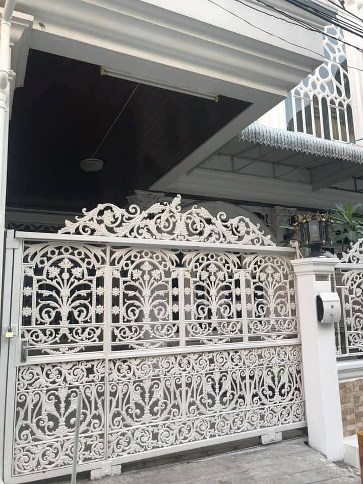 H453-For rent, 4-storey townhouse, Soi Ekamai, Sukhumvit 63, with furniture and some electrical appliances. Ready to move in