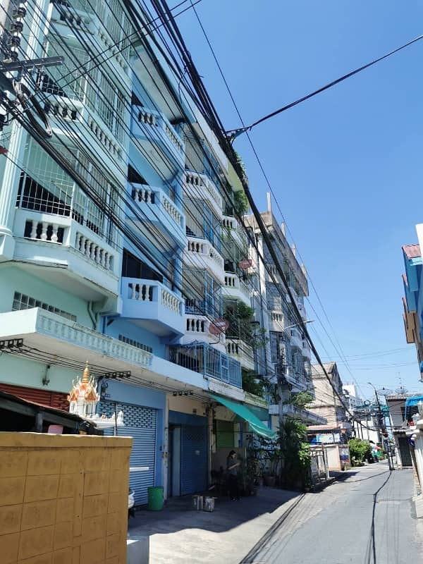 4 and a half storey commercial building in the heart of the city of Thonburi