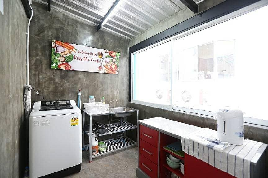Rent a commercial building on Rama 4 road, only 150 m. From BTS Phra Khanong. Suitable for office, clinic, restaurant and hostel