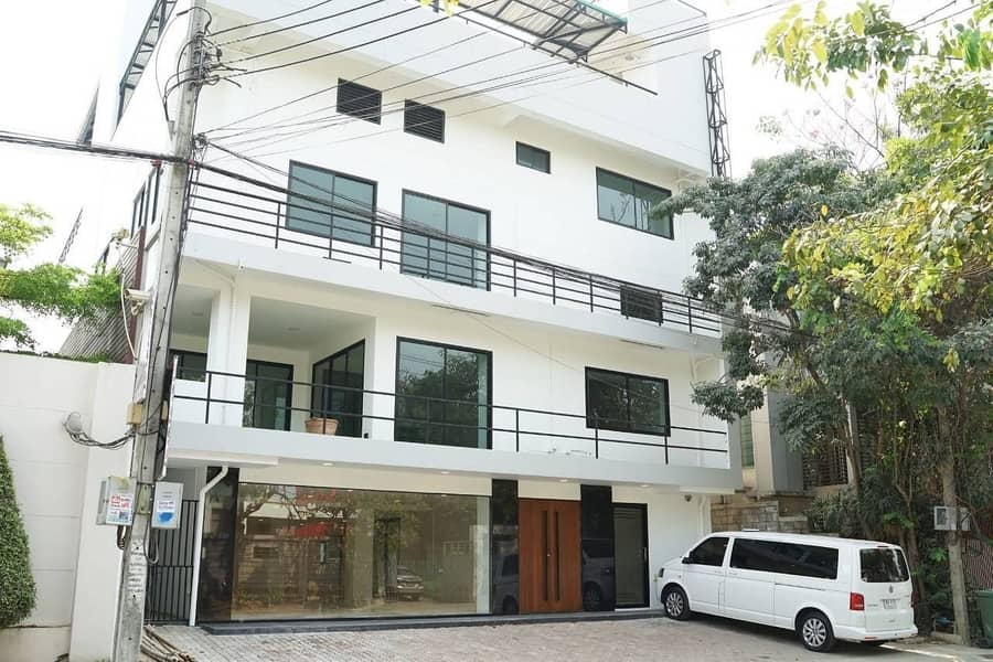 Sale with rent, office building, showroom, office size 100 sq m, usable area 1,200 sq m.