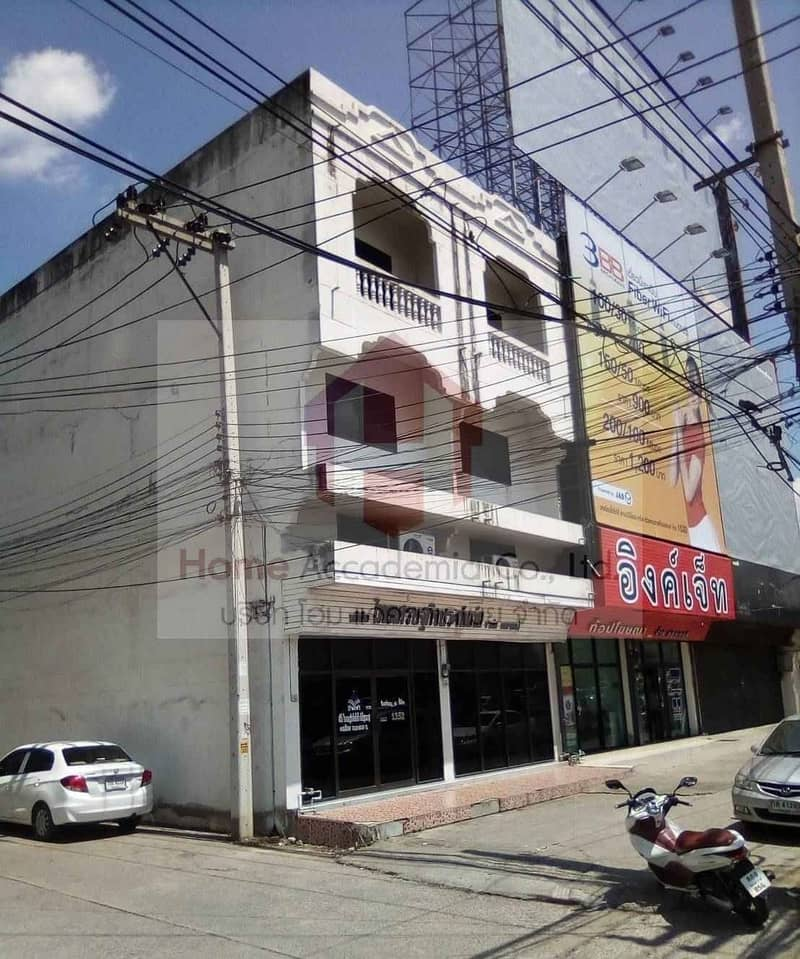 Selling 3-storey commercial buildings, 2 booths through each other, good location, next to the main road, Nakhon Sawan.