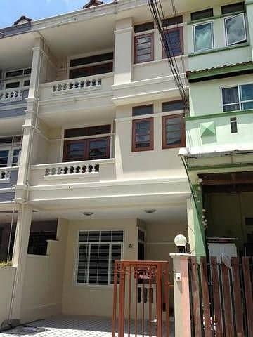 For rent, 3-storey townhome, Soi Ladprao 48, near MRT Sutthisan, 5 bedrooms, 6 bathrooms.