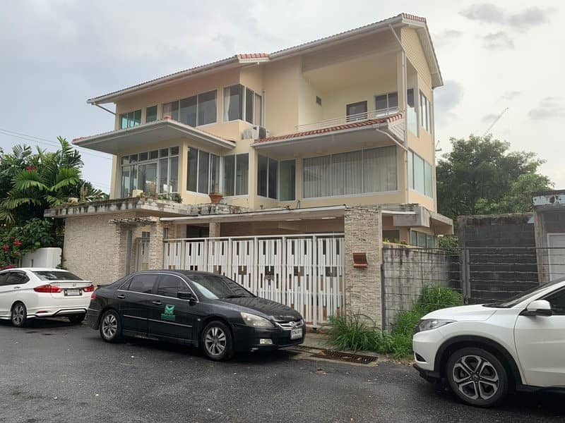 3 storey detached house for sale, Rama 3 Road, Soi 6, only 100 meters to the BRT behind the corner.