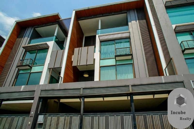 P33TR2004137 For rent  townhome in the heart of Ekamai 4 bed 5 bath 390 sqm. 110000 baht