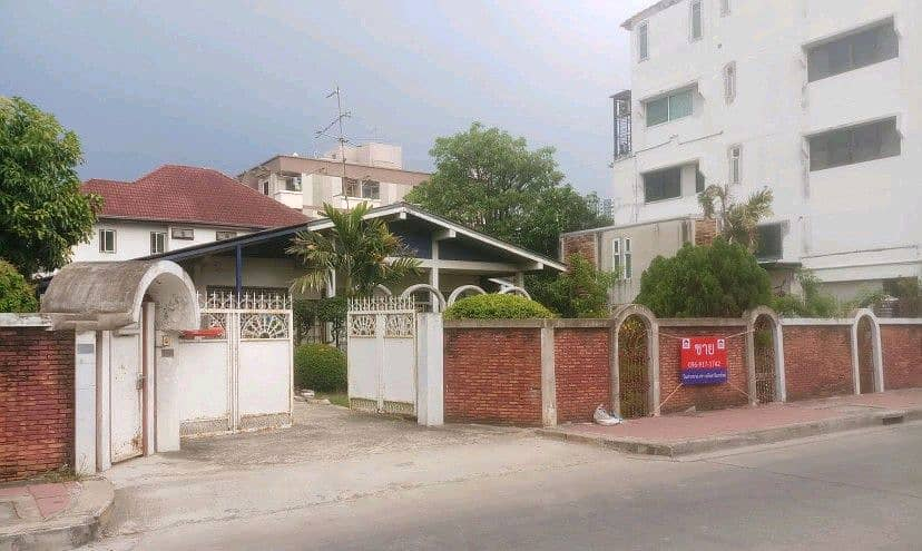 Reducing 3 million, very good location, beautiful land with houses, area 199 sq. wa. , Soi Chinnakhet 1 Ngamwongwan 43, next to the business road, Lak Si District