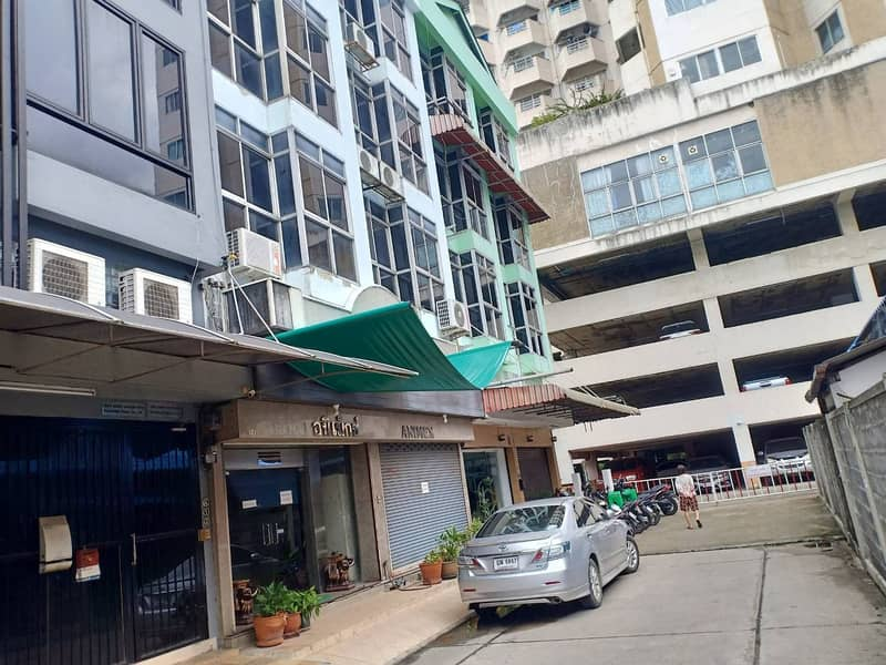 4-storey commercial building for rent, 28.8 square meters, 500 square meters, 5 bedrooms, 4 bathrooms, partial air conditioners, Ratchada Huaykwang Road, rental price 70,000 baht.