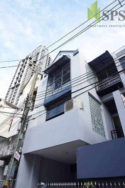 Renovate Town Home next to BTS Phra Khanong for RENT ( SPSP221)