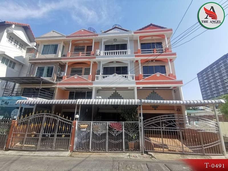 Townhouse in Soi Inthamara 47, Din Daeng, ready to move in.