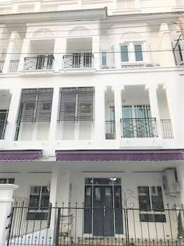 4 Bedroom Townhouse for Sale in Phra Khanong, Bangkok - 3-storey townhome for sale, 4 bedrooms, 4 bathrooms, Leon Village, Sukhumvit 62, for sale with tenants 46.7 square wa, BTS Bang Chak, Phrakhanong expressway.