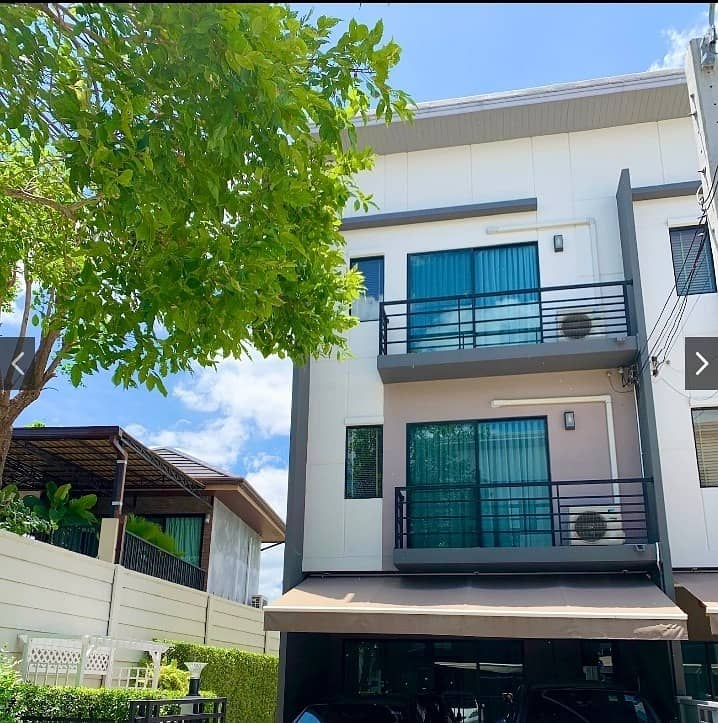 Townhouse for sale in the center of Watcharaphon Sukhaphiban 5, Ram Inthra Road, Sai Mai District, Bangkok.