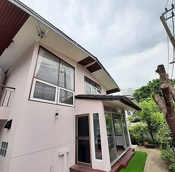 For rent 2 floor Single house for rent 54 sq. wa 3 bedrooms, 2 bathrooms 4air conditioners, beautiful decorations Fully furnished, near  Suan Luang Rama IX, price 30,000 baht.
