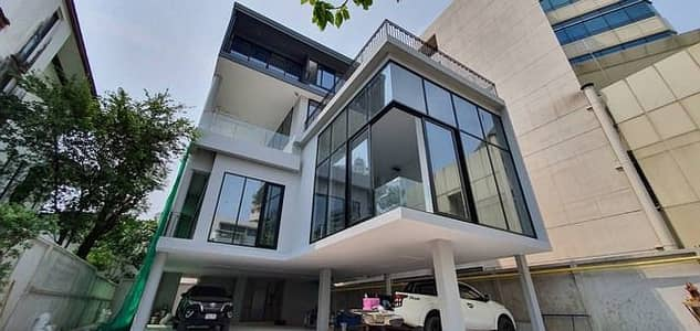 2 Bedroom Home for Rent in Thawi Watthana, Bangkok - Rent a 4-storey building, Soi Sukhumvit 49, next to Samitvej Hospital with elevator and private swimming pool. Near BTS Thonglor