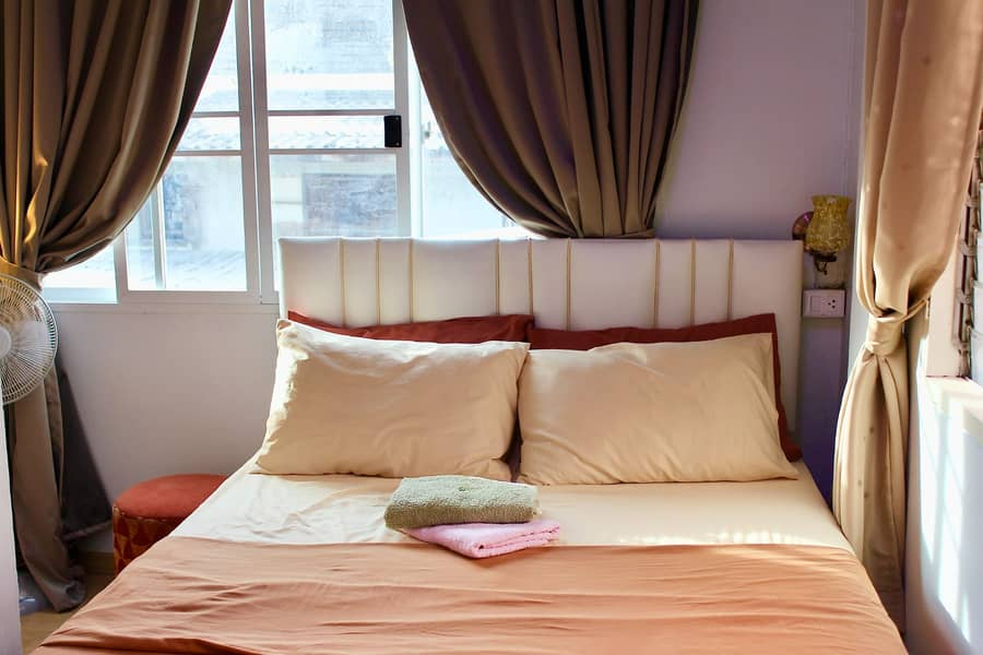 Rent air-conditioned rooms (a guesthouse)