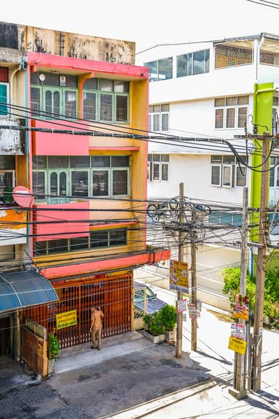Commercial Building for Sale in Mueang Nonthaburi, Nonthaburi - (Sold as is) 3-storey commercial building on Tiwanon Road, on the way to Sanam Bin-Pak Kret, 23 sq. wa.