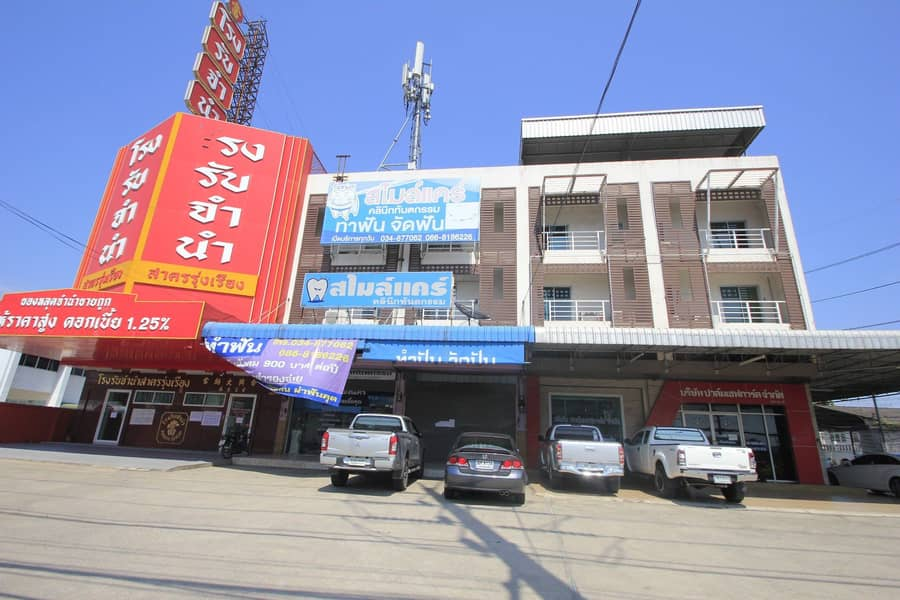 Commercial building for sale On the economic road, Krathumbaen, Phutthasakorn, a commercial location, opened a 3-storey business with a mezzanine floor, good condition, ready.