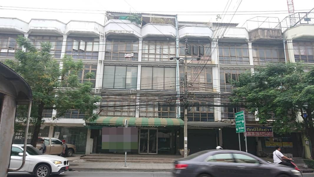Urgent sale, commercial building 4.5, 2nd floor, Huay Kwang booth, Bangkok.