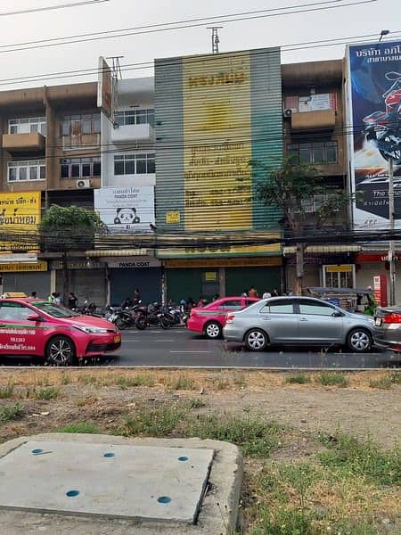 Commercial building for rent On Petchkasem Road Near the entrance of Phutthamonthon Sai 1 Road