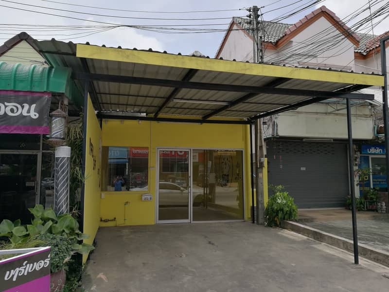Half the price of a house for rent, trade, on Thapma Road, Rayong, very good location, in front of Mor Dit market.