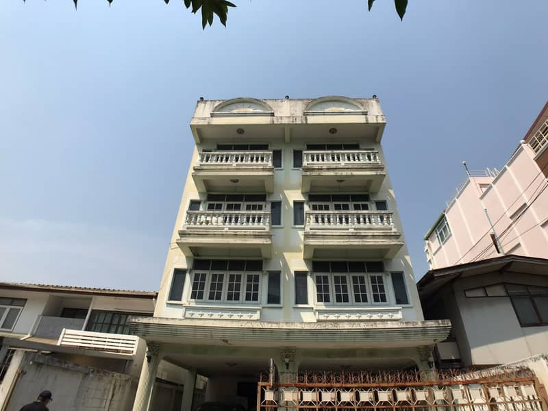 Rent a 4-storey building with a rooftop near Big C Ladprao. Suitable as an office or residence