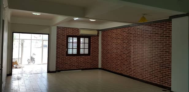 8 Bedroom Townhouse for Rent in Bang Kapi, Bangkok - Townhouse for rent with Happyland restaurant.