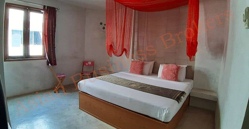 4304005 Guesthouse for sale, 11 rooms close to the sea in Cha-am.