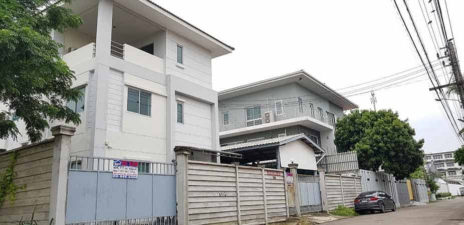 House for sale, 3-storey office building, 112 square wa, Borommaratchachonnani Road, Soi 68, just 50 meters into the alley, next to the main road, very good location, 10 cars can be parked in the house.