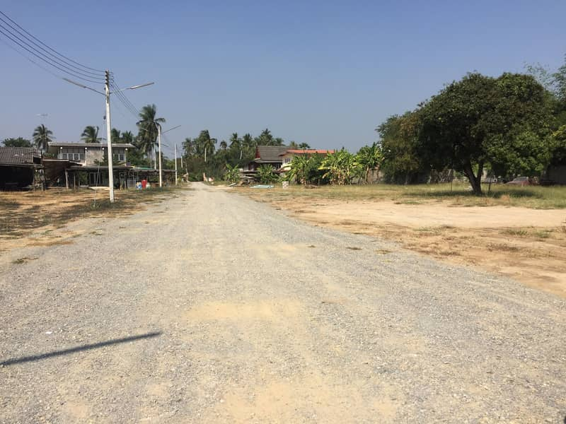 Land for rent in Bang Phae Market, Ratchaburi Province, about 6 rai with large ponds. There is a cement wall around the entire land.
