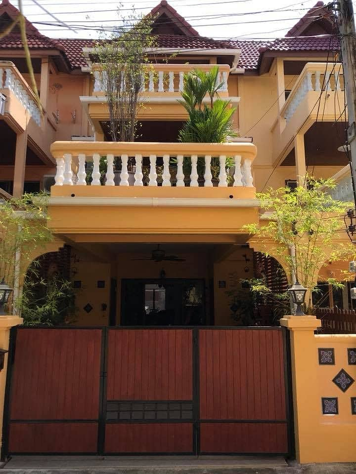 3-STO Townhouse on land about 28 sq w. about 250 sq m. 4Beds private swimming pol short walk Huahin Beach