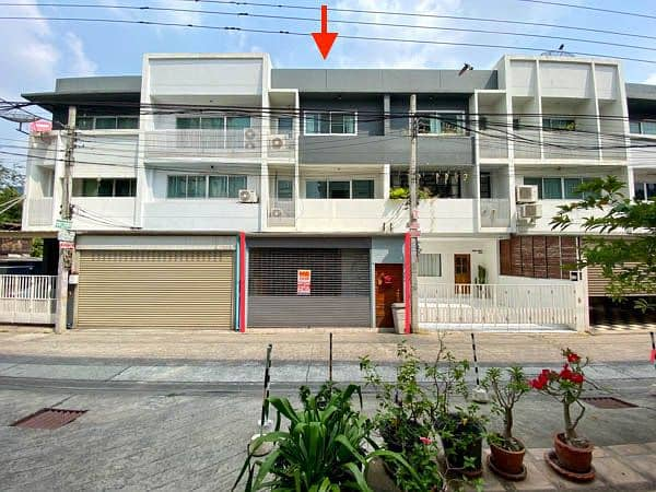 3-storey townhouse for sale, Soi Vibhavadi 16, only 400 meters from MRT Ratchada, size 23 sq. w. , 3 bedrooms, 4 bathrooms.