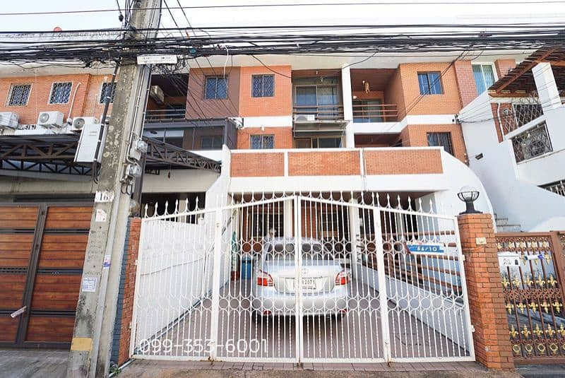 3 storey townhouse in the middle of the city