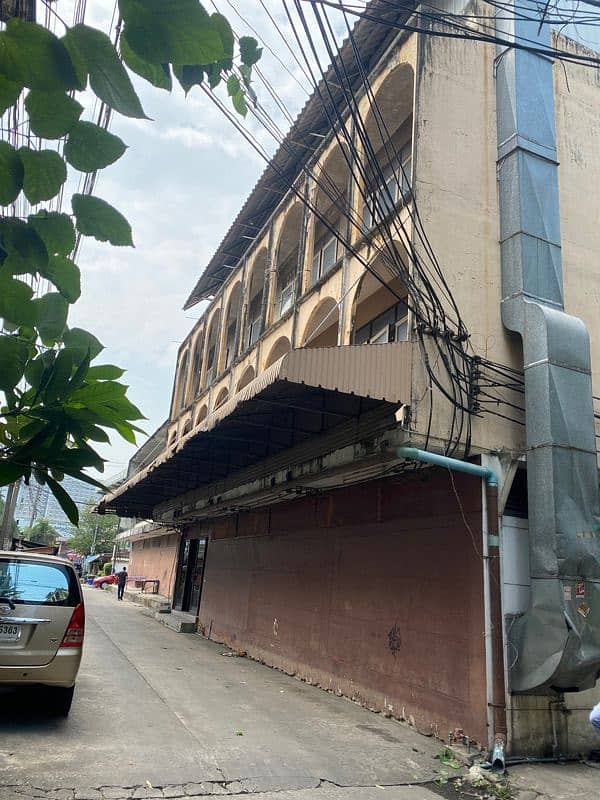 Sale of land and buildings. Soi Arun Amarin 37, enter the alley about 10 meters behind the news building, Channel 34