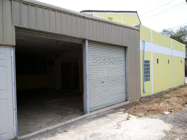 Very cheap sale, double room on the corner, 2 booths with a large warehouse