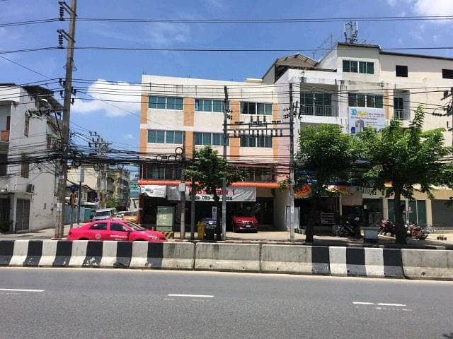 Quick sale, commercial building at the entrance of Soi Charoennakorn 2 (near Iconsiam) with a 25-year long-term lease.