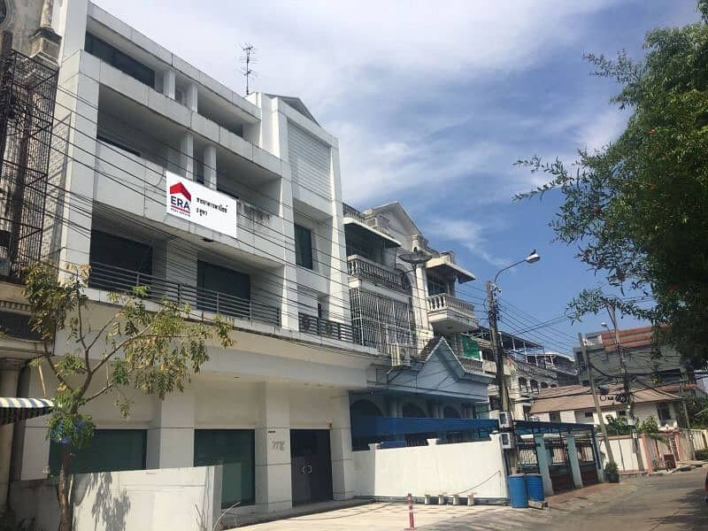 3 storey commercial building for sale, Samian Nari temple, area 58.4 straight.