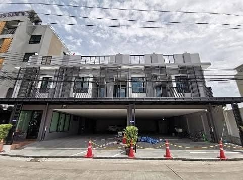 House 3 floors 7 bedrooms for rent 130,000 per month Soi Nakniwas Ladprao 71 company registered can park 12 cars suitable for business type