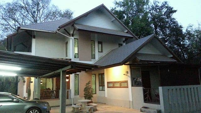 A vacation home from the city There is privacy, WFH, comfortable, not uncomfortable, on an area of 1 rai, next to the Pa Sak River, near the Saraburi bypass. Just 5 minutes from Robinson Saraburi.