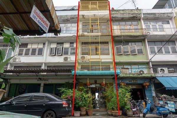 Commercial building for sale, 4 and a half, 1 booth, 15 square wa in Soi Taksin 4, only 400 m. From BTS Pho Nimit.