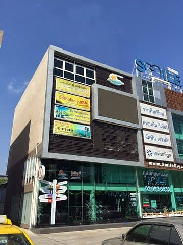 Sale-rent commercial building 4 and a half floors, 2 booths, Ratchada Road, next to MRT Ratchada.