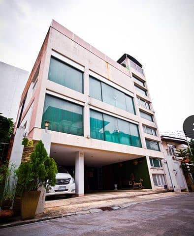 4-storey detached house for sale, Vibhavadi Prachasongkroh, Inthamara 40, next to the University of the Thai Chamber of Commerce Exit Vibhavadi Road 600 meters with swimming pool with lift.