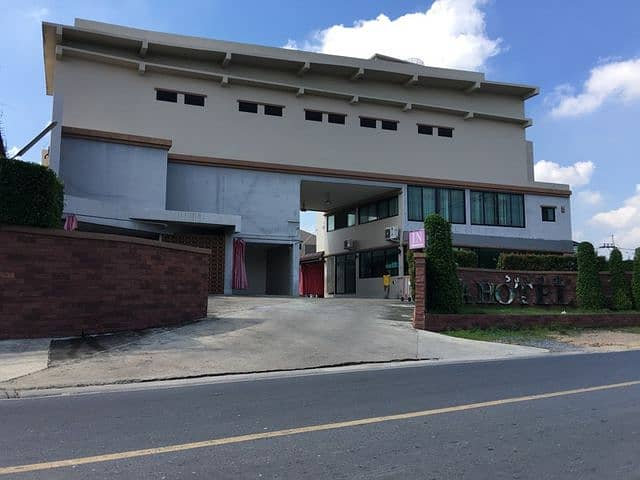 Hotel for sale, motel, good location, Ratchaphruek Road, near Home Pro Rama 5, color phrase, size 50 rooms, many sites, nearly a million monthly income. The owner sells by himself, very good location.