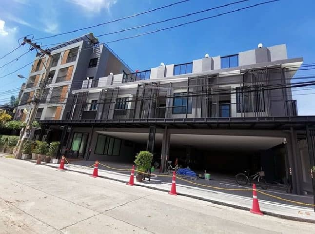 For Rent 3-storey detached house for rent, new building, usable area of 650 square meters, Soi Nakniwas 12, parking for 12 cars, suitable as an office, beauty clinic.