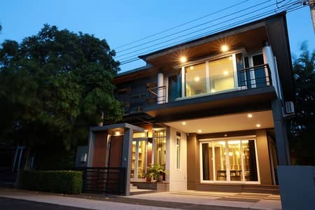 4 Bedroom Home for Sale in Chatuchak, Bangkok - 2 storey detached house for sale in Ladprao area, Chom Phon, Chatuchak, The gallery house pattern project, Soi Lat Phrao 1. Fully furnished with built-in furniture